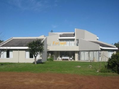 Modern Holiday Home in Cul du Sac street with views of Fynbos , Golfcoure and lovely Moutains. Central to Town and 2 streets from sea and Cliffpath as wel as Voelklip swimming beaches